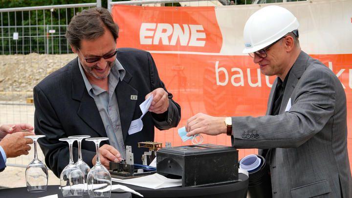This Oberhänsli (Projektleiter Besuchercenter Klima und Energie) und Jacek Wieckowicz (Rapp Architekten) befüllen die Zeitkapsel